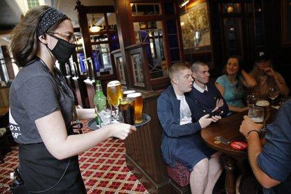 Cerveza en un pub de Londres sin distancia social.  AFP