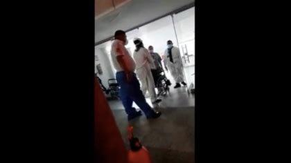 Video   Falleció paciente rechazado en una IPS de Barranquilla por un vigilante que amenazó con un arma al paramédico que pretendía ingresarlo a la clínica