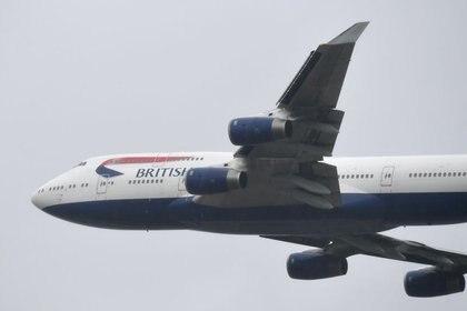 FOTO DE ARCHIVO: Un Boeing 747 de British Airways sobrevuela el aeropuerto de Londres Heathrow, en Londres, Reino Unido, el 8 de octubre de 2020. REUTERS/Toby Melville