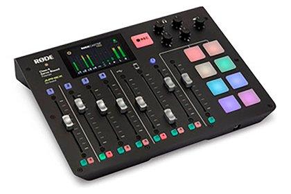 La Consola Rodecaster integra en un solo equipo una mezcladora, un reproductor de efectos de sonido, enlace para tomar llamadas telefónicas y grabadora. Todo lo que se necesita para hacer un podcast profesional