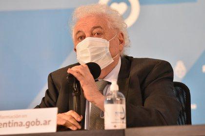 """El ministro de Salud, Ginés González García, dijo que la producción comenzará """"antes de que se termine la fase 3"""" del desarrollo de la vacuna (Franco Fafasuli)."""