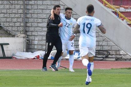 El abrazo de Scaloni con sus jugadores tras el gol en La Paz  (Foto: Reuters)