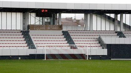 """Un cartel con el mensaje """"acuerdo pronto"""" (en vasco) en el campo de la ciudad deportiva de Lezama, del Athletic de Bilbao, tras la no presentación de los equipos a disputar el partido, el Athletic y el CD Tacón, debido a la huelga de futbolistas convocada la semana pasada."""