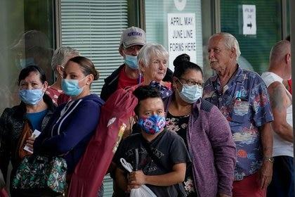 La gente hace fila frente al Kentucky Career Center para solicitar subsidios de desempleo en Fráncfort, Kentucky,  (REUTERS/Bryan Woolston)