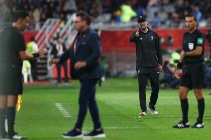 Antonio Mohamed protesta contra el árbitro Roberto Tobar tras el cruce con el DT del Liverpool, Juergen Klopp (REUTERS/Ibraheem Al Omari)