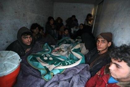 Civiles evacuados dentro de un camión