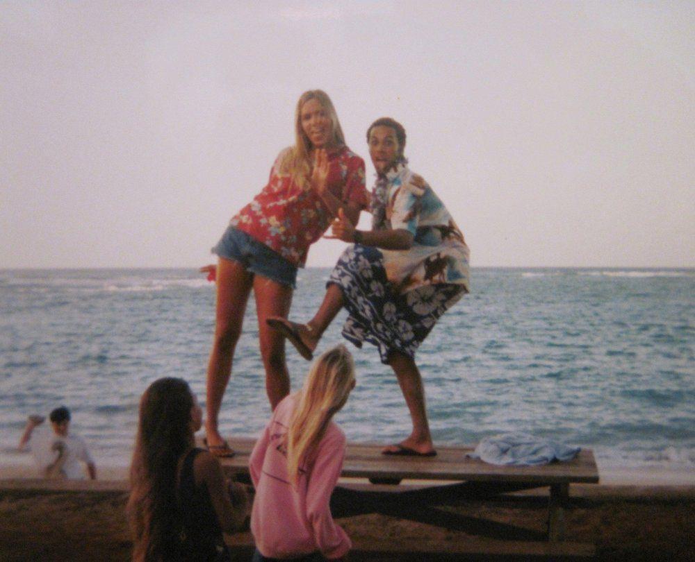 Kristin Smart junto a amigos en Mokule'ia, en el verano de 1995 (Foto cortesía Familia Smart)