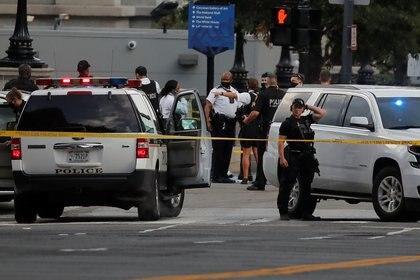 Oficiales de policía custodian la esquina de la calle 17 y avenida Pennsylvania, donde ocurrió el tiroteo (REUTERS/Carlos Barria)