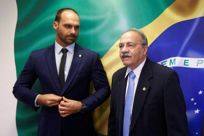 Chico Rodrigues junto a Eduardo Bolsonaro (REUTERS/Adriano Machado)