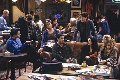 En su lugar de siempre en Central Perk, de izquierda a derecha: Joey (Matt LeBlanc), Rachel (Jennifer Aniston), Ross (David Schwimmer), Chandler (Matthew Perry), Monica (Courteney Cox) y Phoebe (Lisa Kudrow)