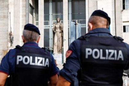 Agentes de policía ante la llegada del líder de extrema derecha Matteo Salvini, en Catania, Italia, el 3 de octubre de 2020. REUTERS/Antonio Parrinello