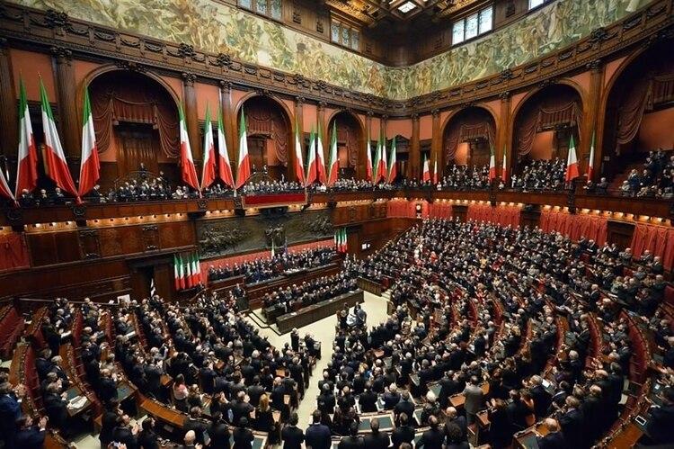 El parlamento italiano debate sobre la suba de impuestos al azúcar y pasajes de avión (Wikipedia)