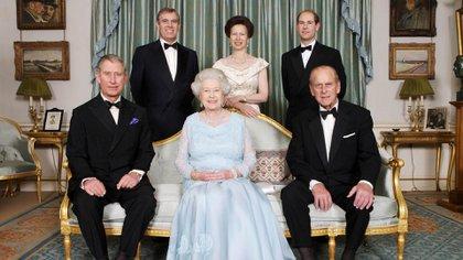 Foto familiar de la reina Isabel II junto al Duque de Edimburgo y sus cuatro hijos, tomada en en noviembre de 2007