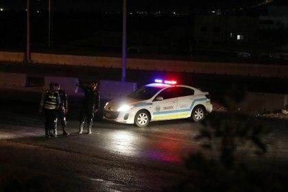la policía controla vehículos entre la capital jordana de Amman y la ciudad de Zarqa, donde se registraron una serie de explosiones. REUTERS/Muhammad Hamed