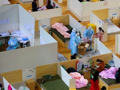 El análisis para la identificación de infectados y su aislamiento fue una medida central contra la pandemia, que si se hubiera tomado antes la podría haber evitado. (China Daily/REUTERS)