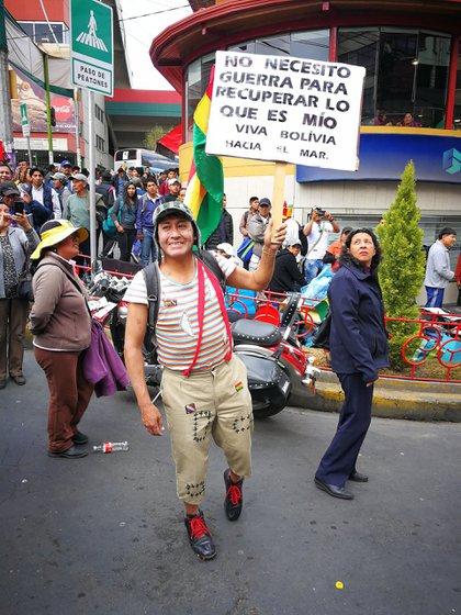 Un boliviano vestido como el Chavo del 8 reclamó la salida al mar (@Grillodelgol)