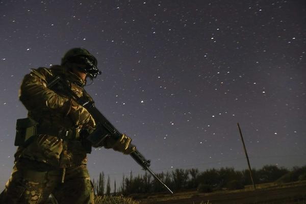 Un soldado equipado con visor nocturno monta guardia bajo el cielo de la Patagonia. Foto: Archivo DEF.