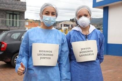 """Enfermeras del Hospital de Suesca con carteles que dicen """"Sigamos luchando juntos"""" y """"Juntos podemos lograrlo"""" en Suesca, Colombia, el 23 de abril de 2020 (Javier Dussan/Gobierno de Cundinamarca/Manifestación a través de REUTERS)"""