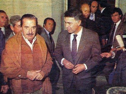 Daniel Tardivo, el custodio de Raúl Alfonsín (detrás de Felipe González) : cuando escuchó el disparo se le fue encima, lo tiró al piso y lo cubrió con su cuerpo