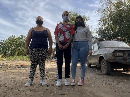 Una madre con dos de sus hijas en Moreno. Sin escuela presencial, se hace difìcil estudiar (Matías Arbotto)