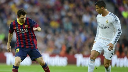 zzzznacd2Barcelona's Argentinian forward Lionel Messi (L) vies with Real Madrid's Portuguese forward Cristiano Ronaldo during the Spanish league Clasico football match FC Barcelona vs Real Madrid CF at the Camp Nou stadium in Barcelona on October 26, 2013.   AFP PHOTO/ JAVIER SORIANO