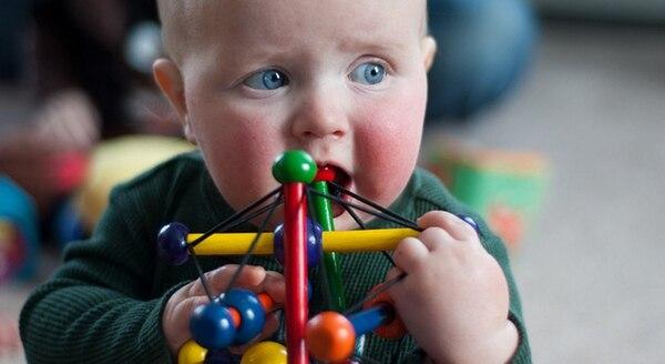 Los más chicos suelen llevarse todo a la boca, lo que es un peligro en caso de objetos pequeños o de desprendimientos