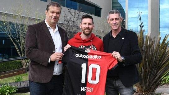 Messi junto a dirigentes de Newell's tras jugar un amistoso con la Selección en el predio de la AFA