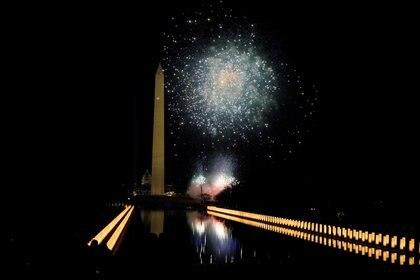 Fuegos artificiales sobre el Lincoln Memorial en Washington. REUTERS/Joshua Roberts/Pool