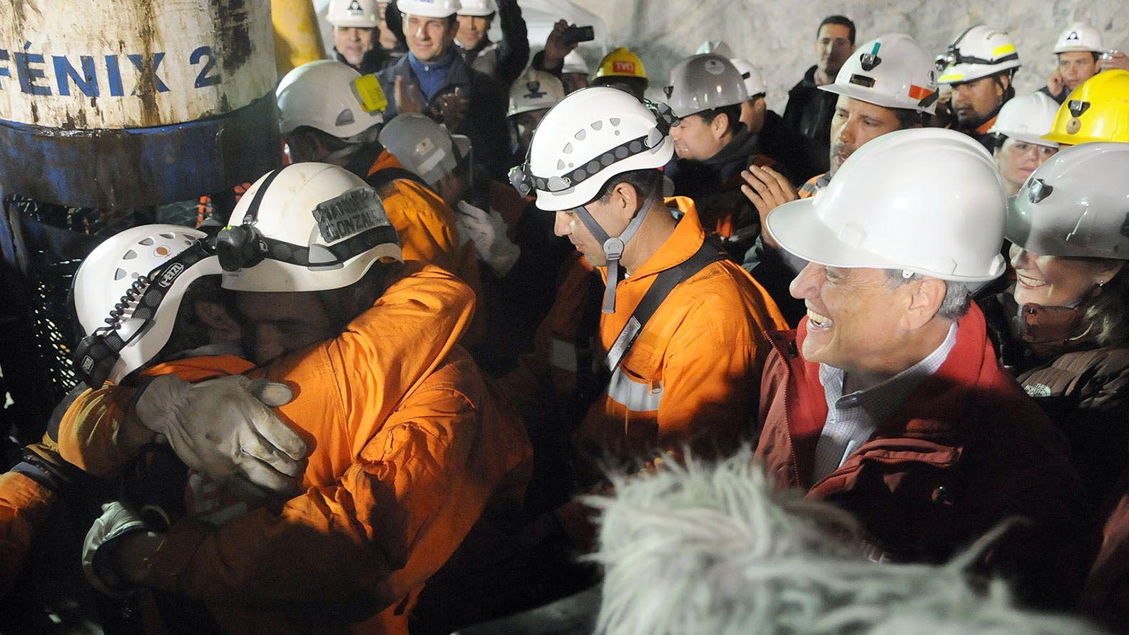 Los 33 mineros estuvieron atrapados 70 días en la mina San José desde el 5 de agosto hasta el 13 de octubre. El Libro Guinness de los Récords jura que nunca antes un grupo de personas permaneció tanto tiempo bajo tanta tierra