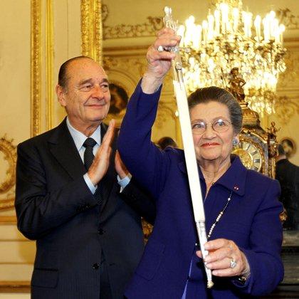 Veil recibió un reconocimiento en el parlamento francés en 2010. Junto a ella,el entonces presidente Jacques Chirac (Reuters)