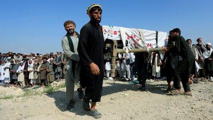 Familiares llevan a enterrar a una de las víctimas de un atentado de los talibanes contra un hospital de Kunduz.(Reuters)