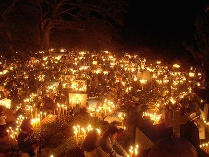 Los cementerios oaxaqueños se llenan de personas que van a visitar a sus difuntos