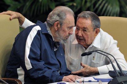 Fidel y Raul Castro, en 2011 (AFP)