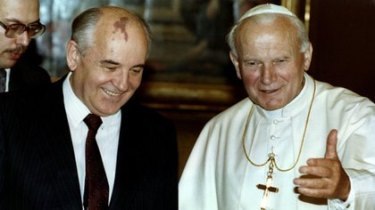 El papa Juan Pablo II recibe a Mikhail Gorbachov, ex jefe de estado de la Unión Soviética en El Vaticano. Noviembre de 1990. REUTERS/Luciano Mellace