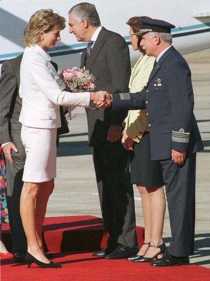 Para escándalo de los conservadores, Lady Di saludaba sin guantes y no usaba medias (Times Newspapers/Shutterstock9