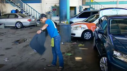 Lavando automóviles se ganan la vida mientras esperan conquistar el sueño americano (Foto: YouTube Noticias Telemundo)