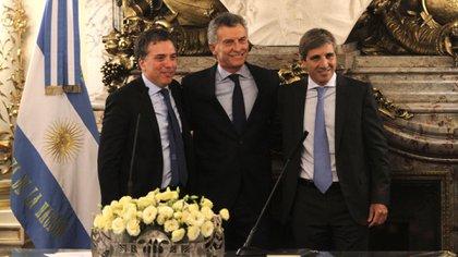 Mauricio Macri junto a Nicolás Dujovne y Luis Caputo (DyN)