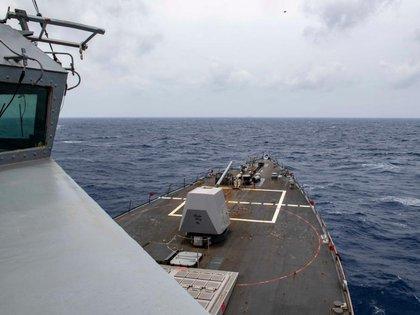 El destructor del USS Mustin navega cerca de las islas Paracel en el Mar Meridional de China (US Navy)