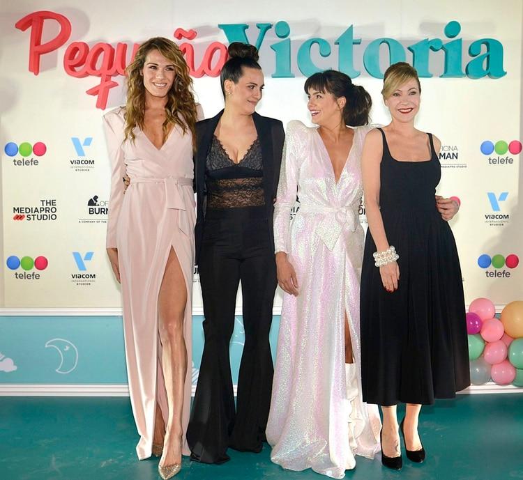 """Mariana Genesio Peña y Natalie Pérez presentaron """"Pequeña Victoria"""", la nueva tira de Telefe. Durante la apertura, las protagonistas eligieron vestidos muy similares (Foto: Gustavo Gavotti)"""