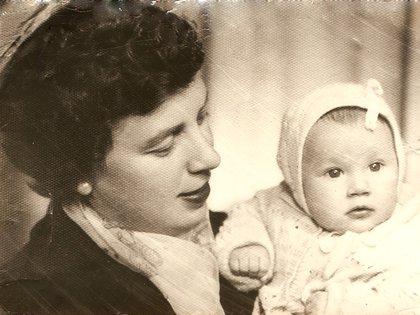 """María Bueno en brazos de su mamá, también llamada María. """"Me crié en un matriarcado: mi mamá y mi abuela eran mujeres fuertes y peleonas"""", dice."""