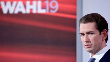 El ex canciller Sebastian Kurz antes de un debate televisivo después del anuncio de las elecciones parlamentarias de Austria en el palacio Hofburg en Viena, el 29 de septiembre (REUTERS/Lisi Niesner)
