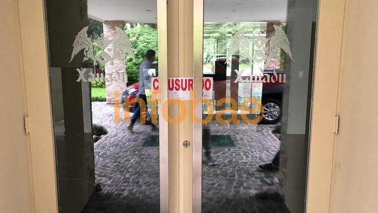 La entrada del salón Xanadú, clausurado por la Bonaerense.