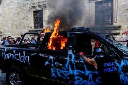 A raíz de la visibilización del caso Giovanni López, manifestantes protestaron en la capital de Jalisco donde quemaron una patrulla (Foto: REUTERS/Fernando Carranza)