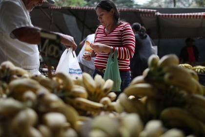 FOTO DE ARCHIVO. Una mujer compra plátanos en un mercado, en Río de Janeiro, Brasil. 4 de septiembre de 2018. REUTERS/Pilar Olivares.