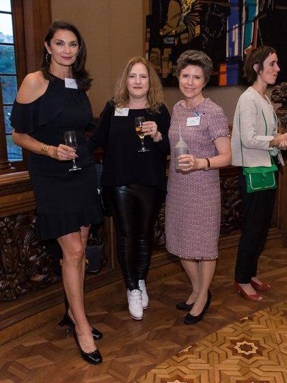 La modelo Mariana Arias, Sylvie Geronimi (diseñadora de calzado) y Margarita Melo de Vaquer (directora de Rincón de Corrientes)