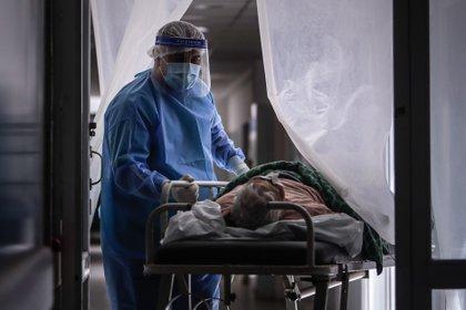 Con un ritmo de contagios y muertes alarmante, una estrategia de inoculación que no avanza, hallazgos de nuevas mutaciones del virus, y un sistema sanitario al borde del colapso, Brasil se convirtió en un verdadero riesgo para la región, y pone en alerta al resto del mundo (EFE)