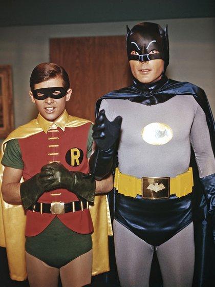 Burt, cuenta en su autobiografía, se quejaba porque a Batman le ponían medias en la entrepierna y con él intentaban disimular lo más que podían a su órgano sexual (Grosbygroup)