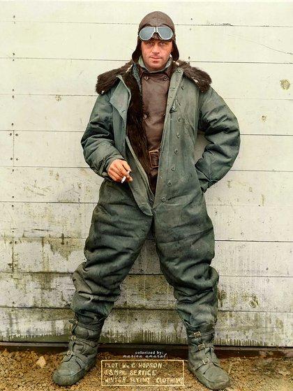 Un piloto de avión estadounidensecon su uniforme de invierno