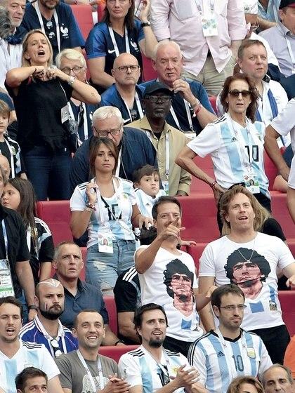 Ausente durante los tres primeros partidos, Antonela Roccuzzo (30) finalmente fue a la cancha a alentar a su marido.