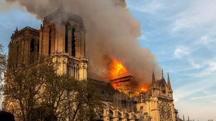 El incendio que consumió el techo de la catedral de Notre Dame.
